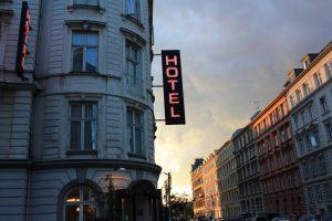 Kieran Lynam, Hotel, CC BY 2.0